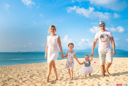 Phuket family photographer: decorate home with bright family pics